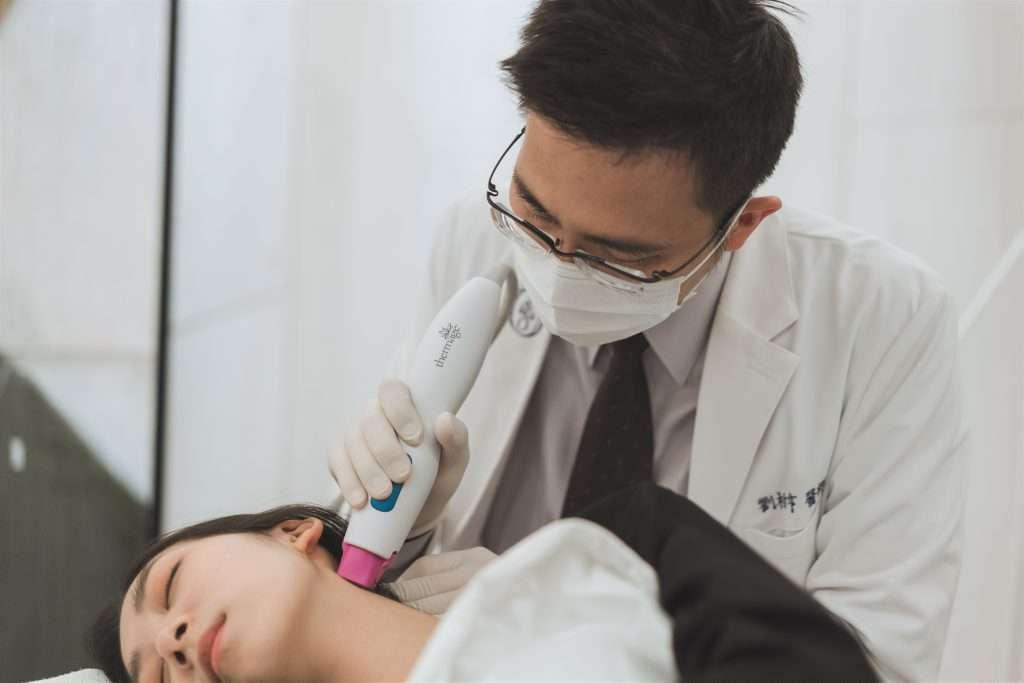 20SKIN四季診所/二林皮膚科劉柏亨醫師指出,鳳凰電波可依個人需求打到900發,用來加強拉提脖子和頸部線條