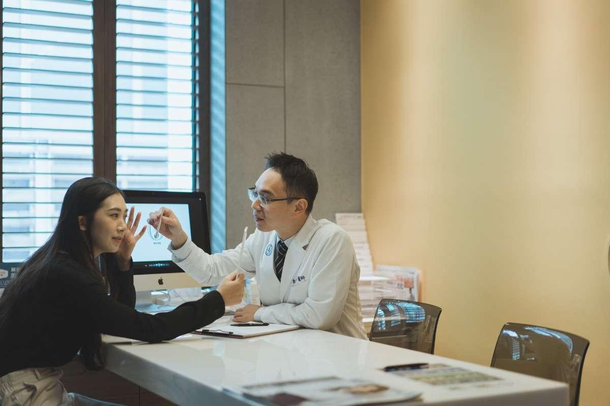 一位顧客尋求專業醫師用海菲秀水飛梭改善肌膚問題