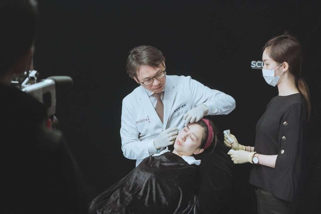 黃勇學醫師於Sculptra舒顏萃大型研討會中,現場連線分享「優雅線雕(注射拉提)」的治療理念和手法。