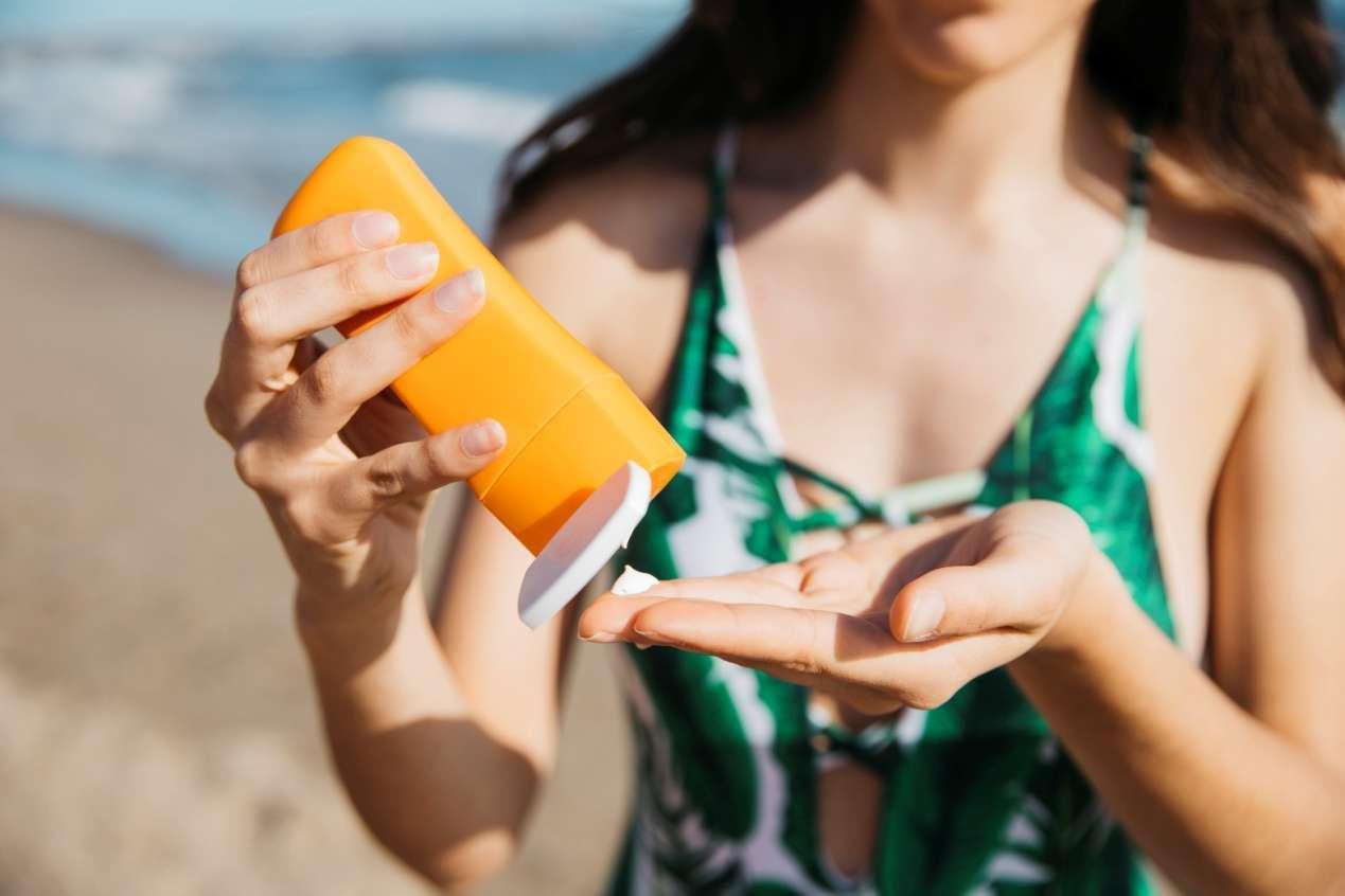 夏季的天氣比較炎熱,建議可以選擇清爽一些得防曬品