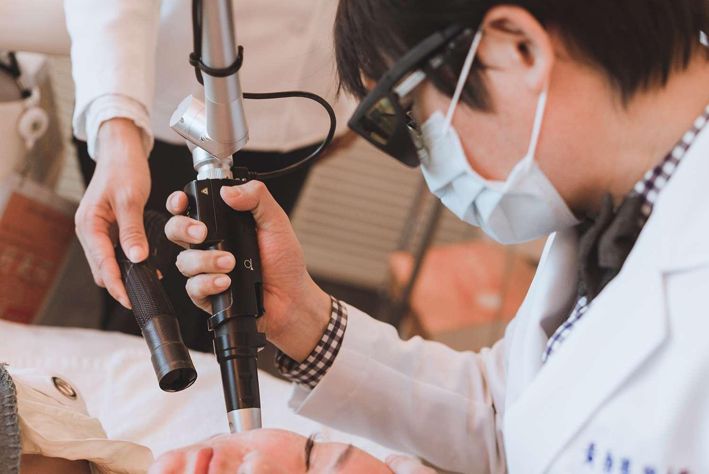 台中20SKIN四季診所黃勇學醫師施打755蜂巢皮秒雷射斑